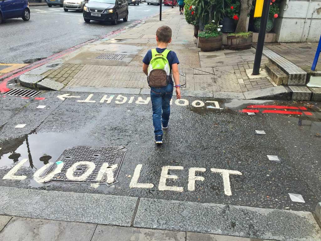 Soms raken we helemaal in de war: eerst links of eerst rechts kijken?