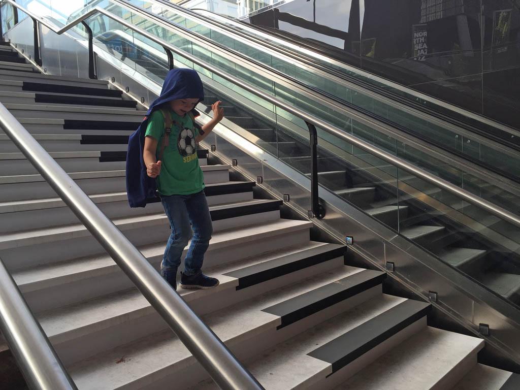 Springen op de pianotrap bij Rotterdam (te vinden bij de trap naar de metro voor het station).