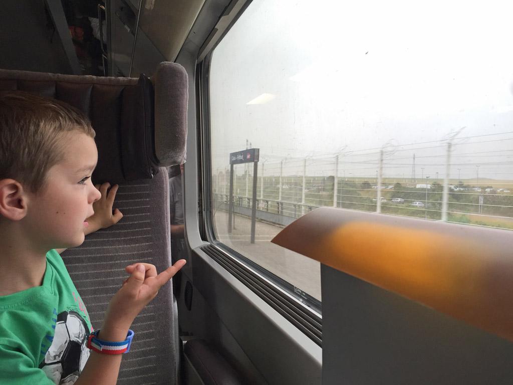 Net voor Calais zien we de hekken die moeten voorkomen dat de vluchtelingen de tunnel inlopen naar Engeland.