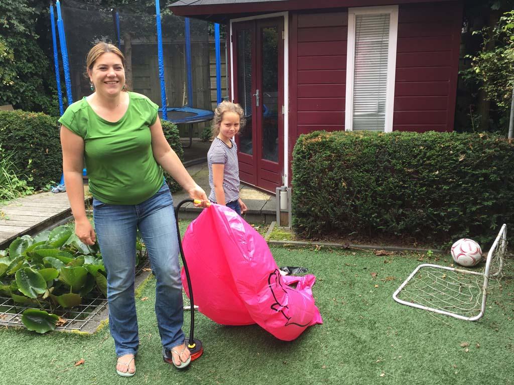 Een flamingo oppompen valt niet mee. Gelukkig kwam een collega-blogger helpen....