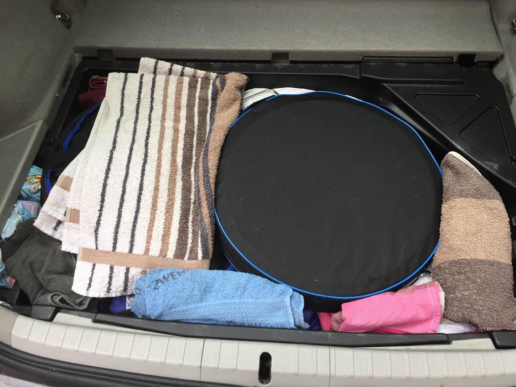 Zoveel mogelijk spullen die we alleen ter plaatse nodig hebben gaan onderin.