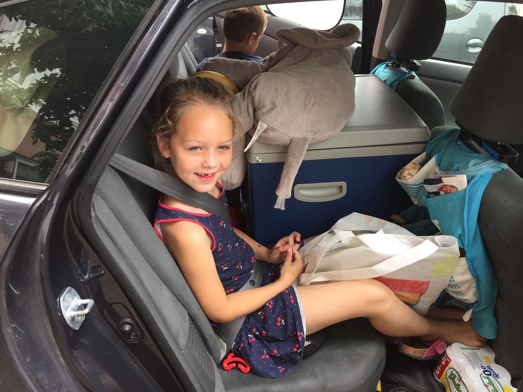 Kinderen en vakantiespullen in de auto krijgen kan een hele uitdaging zijn.