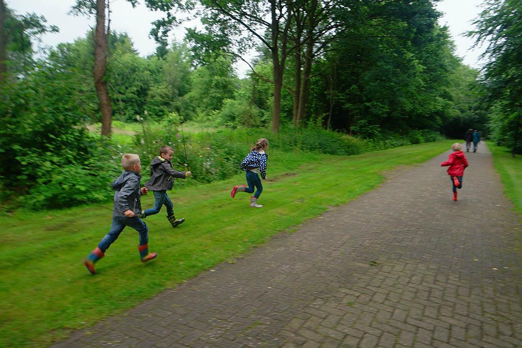 Rennen over het terrein van Villapark De Hondsrug.
