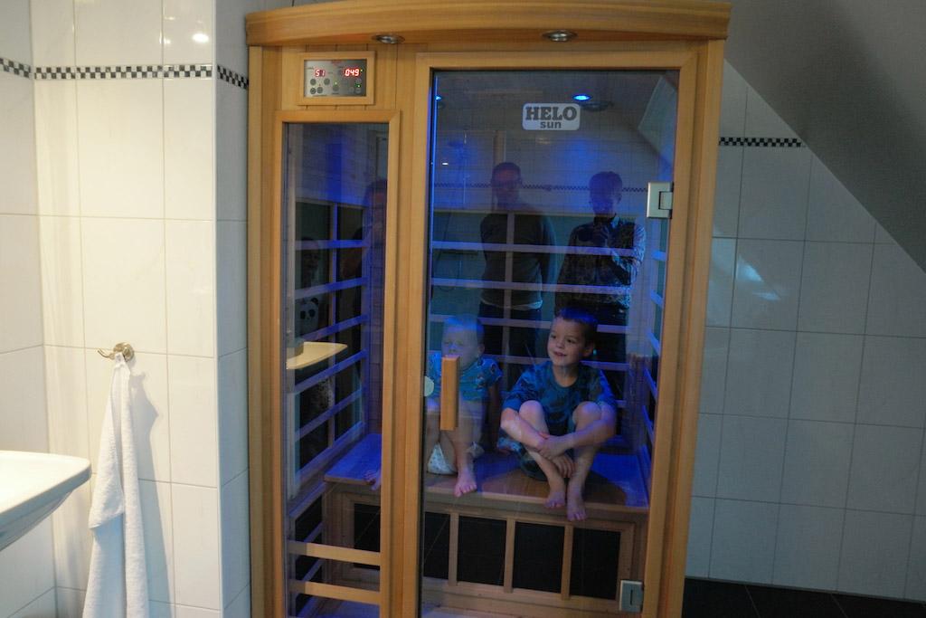 Een van de badkamers heeft een sauna.
