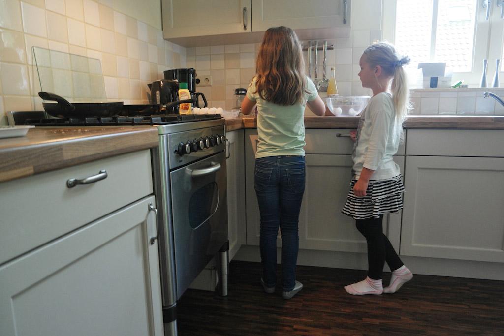 Maureen en Indy bakken 's ochtends eieren voor iedereen.