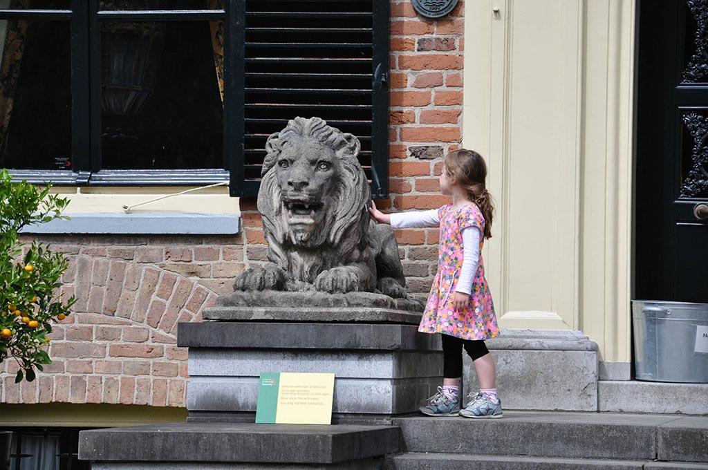 Durf jij de leeuw te aaien bij de ingang van het kasteel?