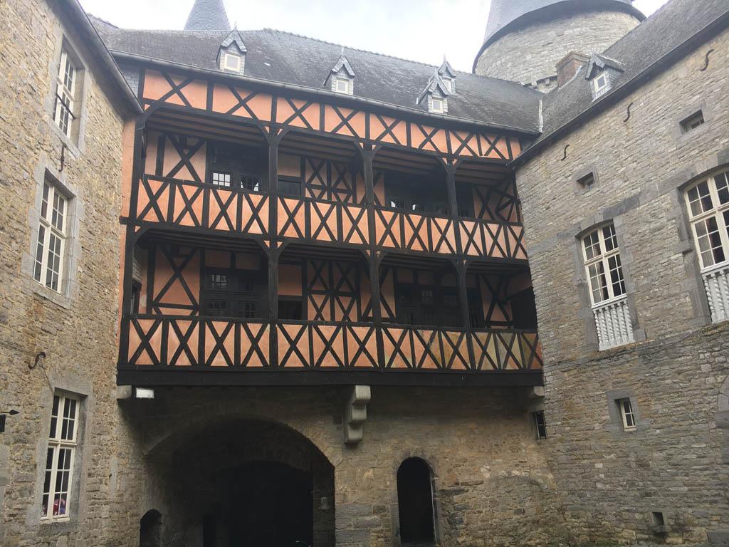 De binnenplaats van Chateau de Veves.