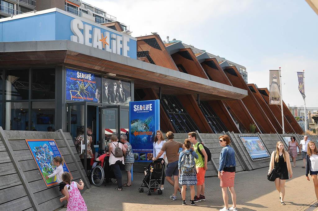 SEA LIFE ligt aan de boulevard in Scheveningen.