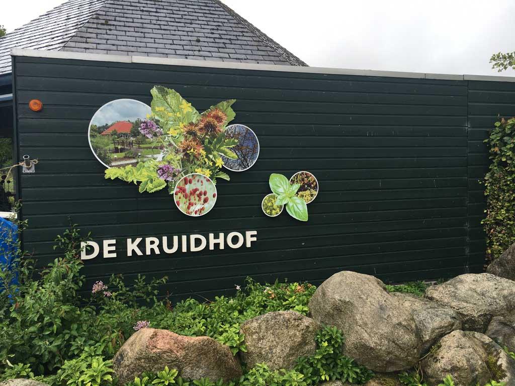Bij Botanische tuin de Kruidhof in Buitenpost volgen we het trollenpad