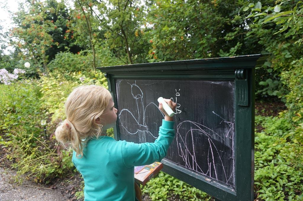 Met het stoepkrijt vlinders tekenen