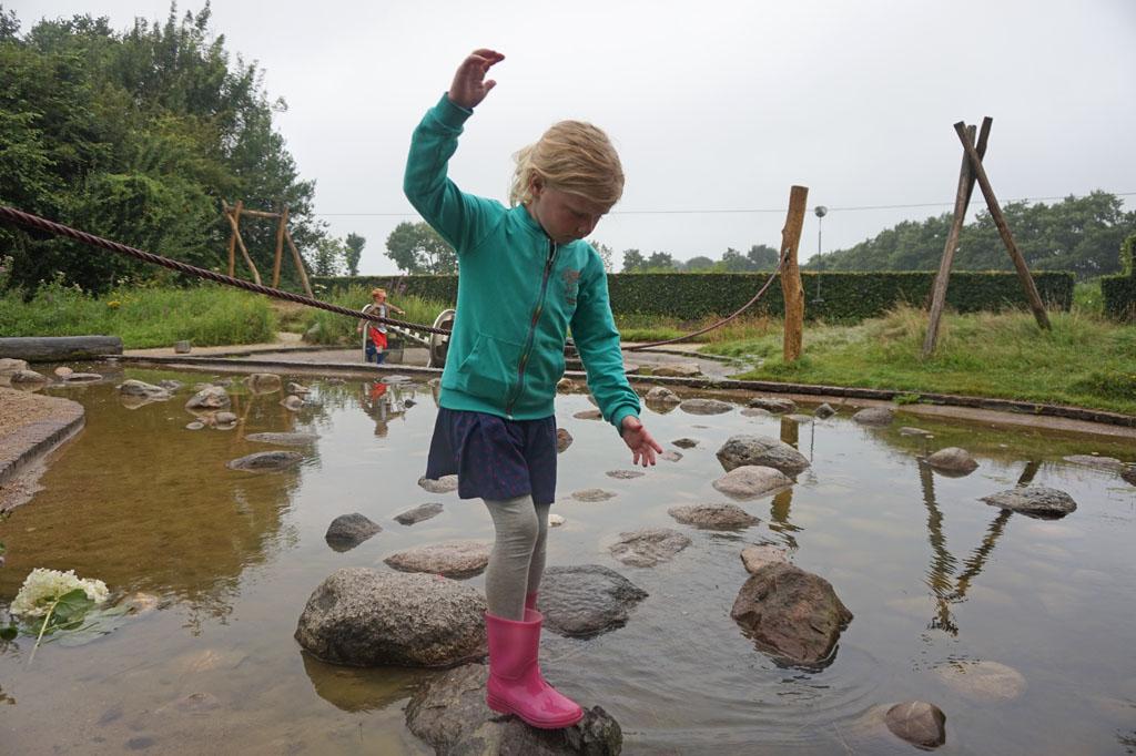 Van steen naar steen in de natuurspeeltuin van de Kruidhof