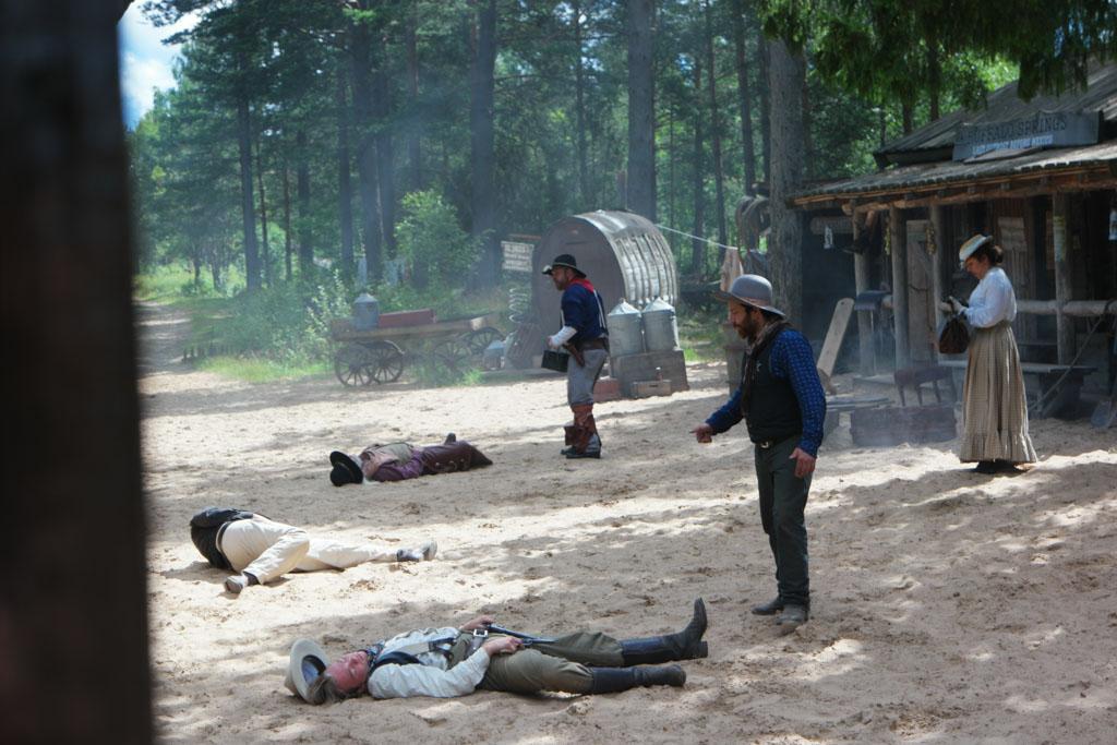 'Onze' cowboys schieten de overvallers neer.