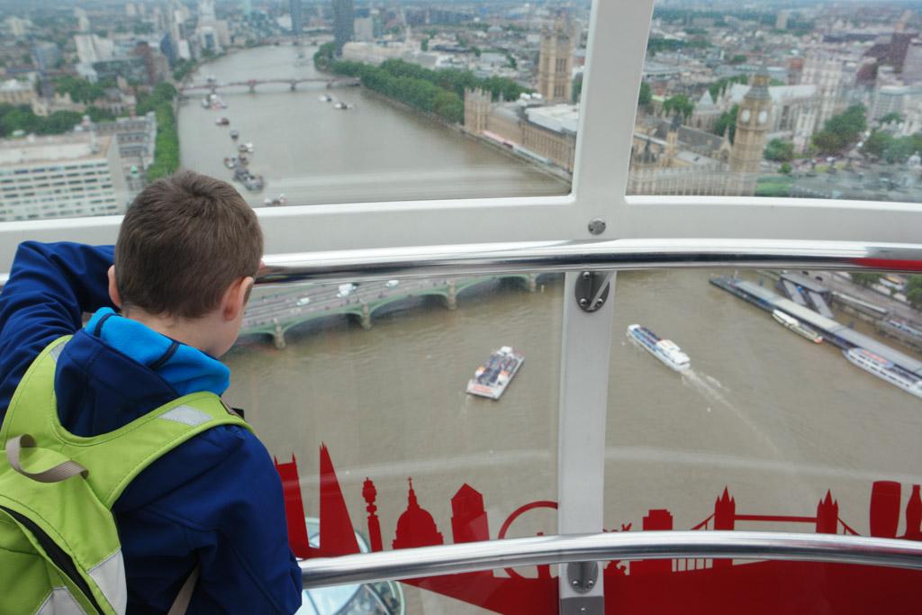 Gluren naar de bootjes in de Thames.