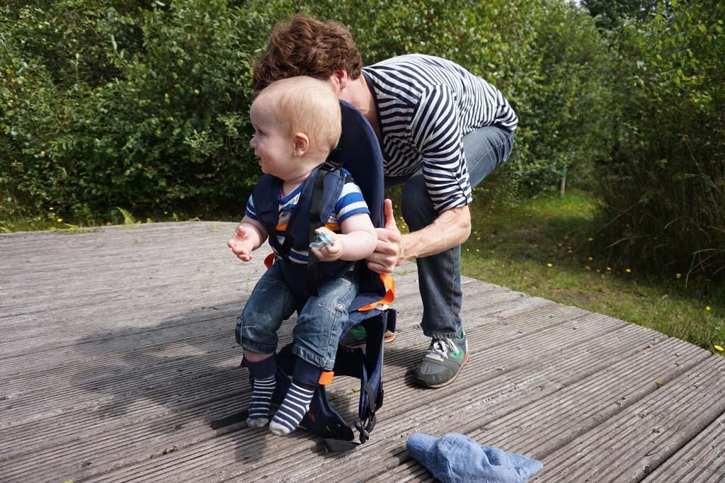 Baby's en peuters zet je eerst in de drager. Die zet je daarna op je schouders