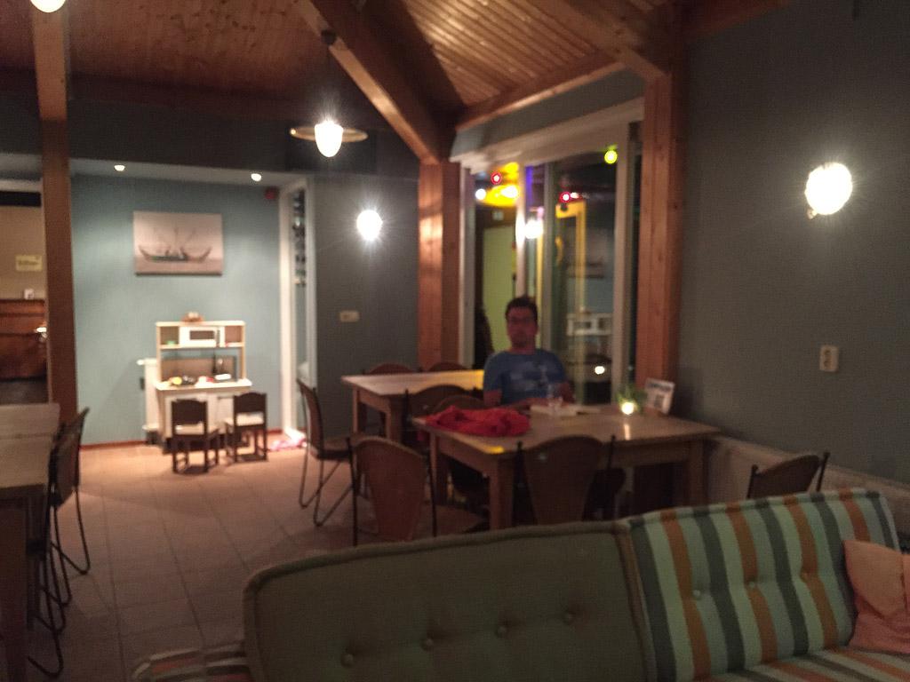 De woonkamer met een van de twee speelhoekjes.