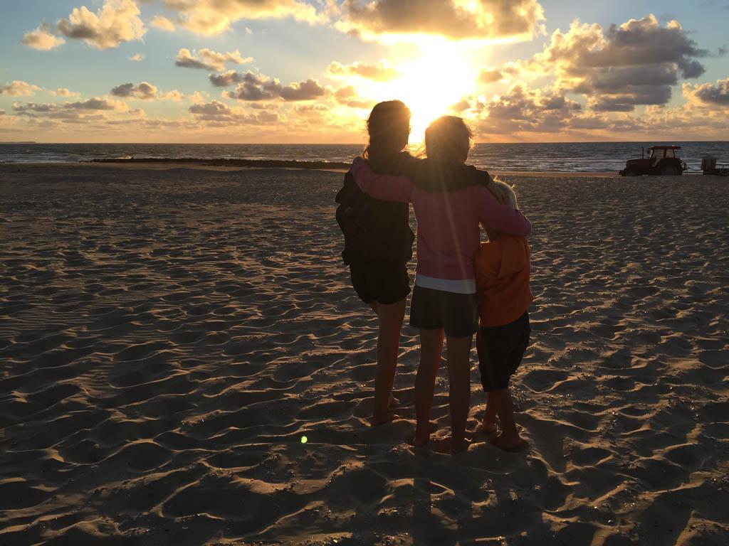 Genieten van de ondergaande zon op het strand.