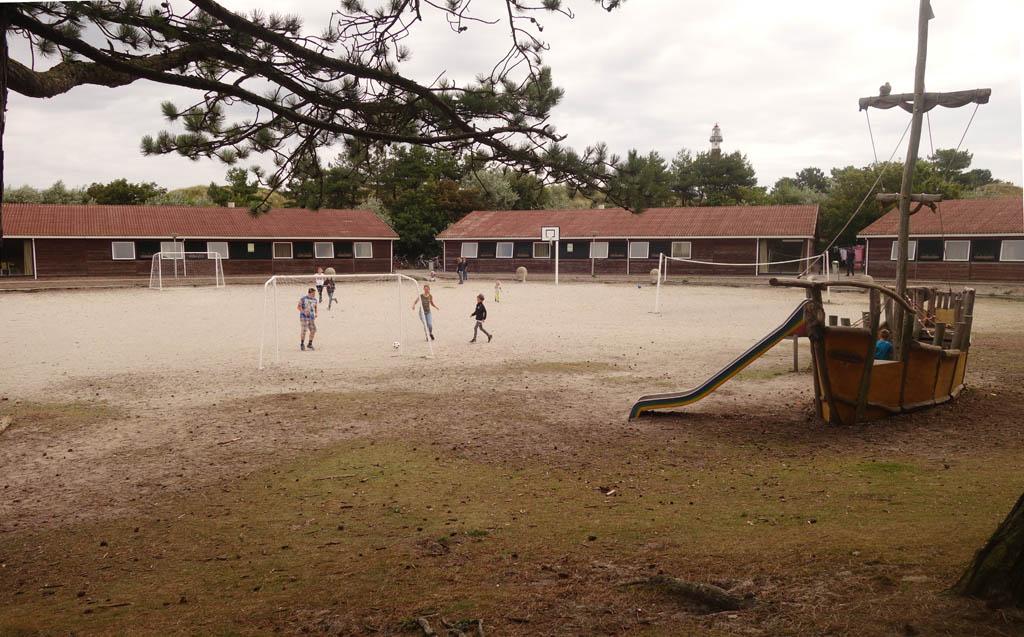 Het grote speelveld voor het hostel.