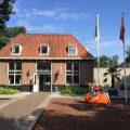 De bekende oranje Stayokay-steen ligt voor de deur bij Stayokay Soest.