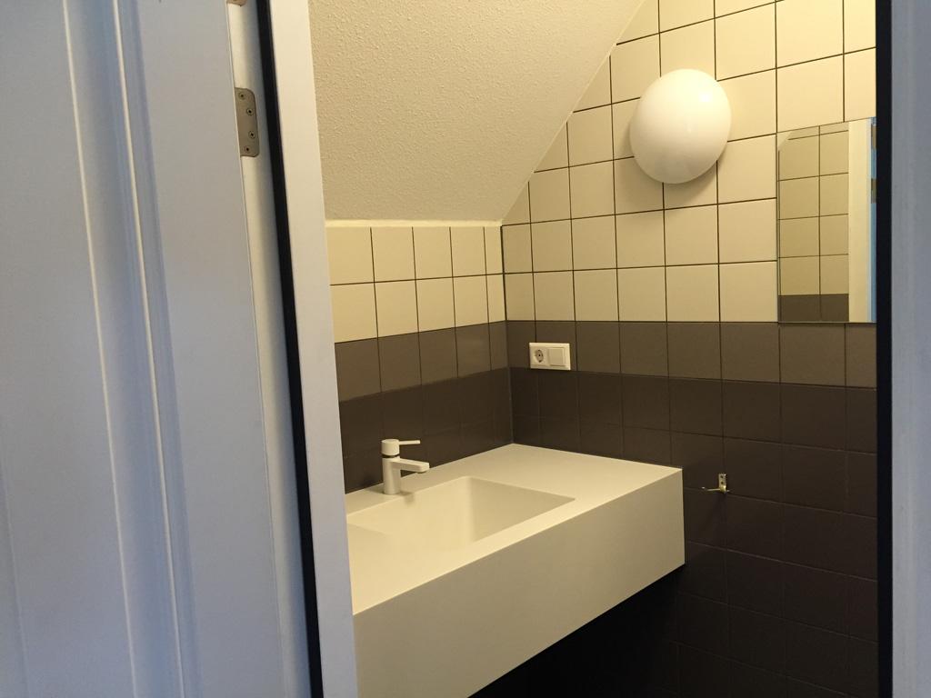 Het sanitair ziet er netjes uit.