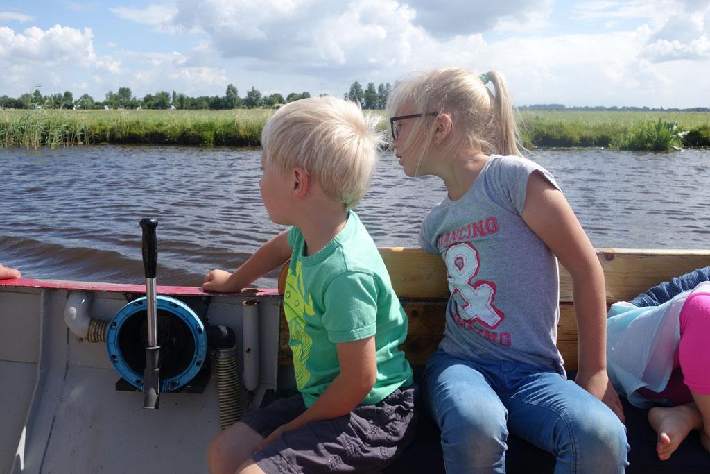 Heerlijk vanaf de boot wegkijken en even voelen hoe koud het water is.
