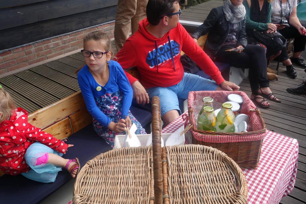 De picknick van Theetuin Overleek eten we aan boord.