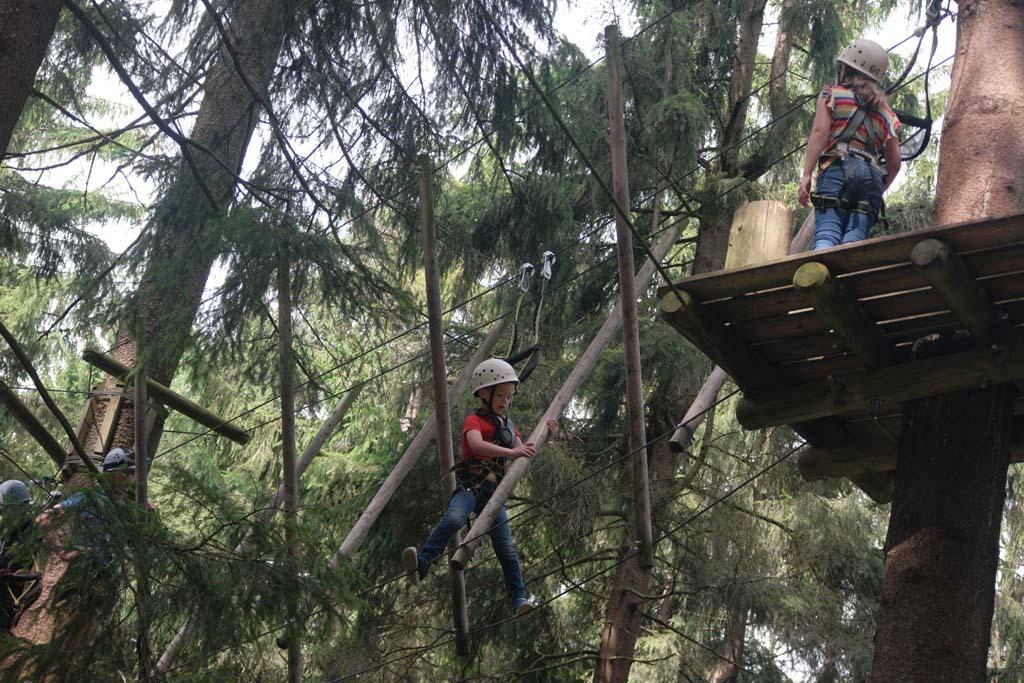 Het is goed te merken dat Maureen en Camiel vaker naar een klimbos zijn geweest. Het gaat steeds makkelijker.