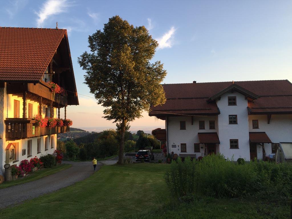 De Schiesslhof. In het rechtergebouw zijn de twee appartementen te vinden. Ideale uitvalsbasis voor een vakantie in Beieren.