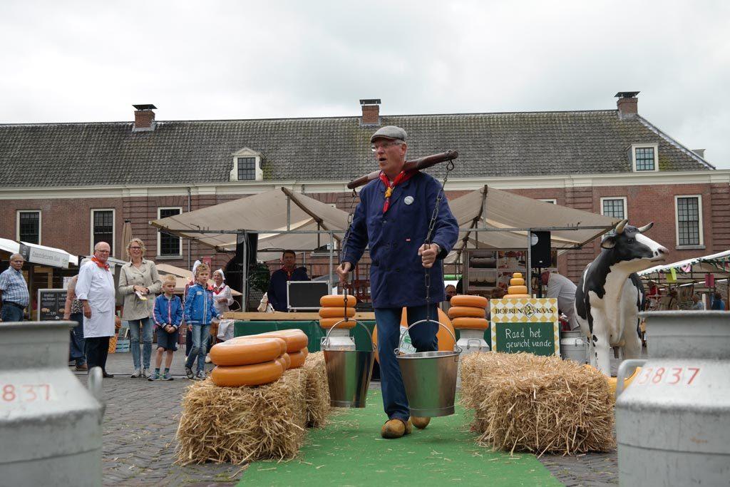 Een bezoek aan de authentieke kaasmarkt hoort bij een dagje Woerden met kinderen.
