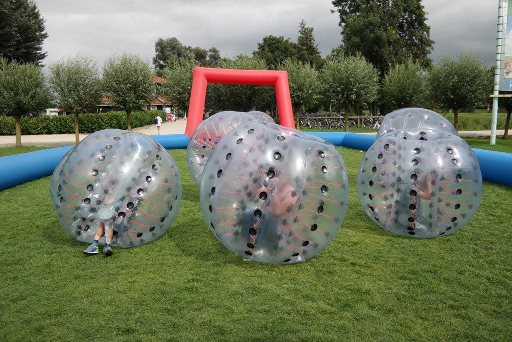 Mijn drie mannen hebben dikke lol met Bouncing Bubble Voetbal.