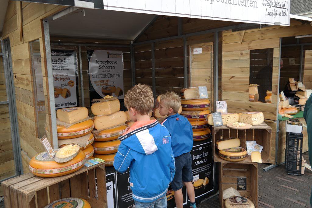 Kaas proeven en kopen bij de kaasproeverij.