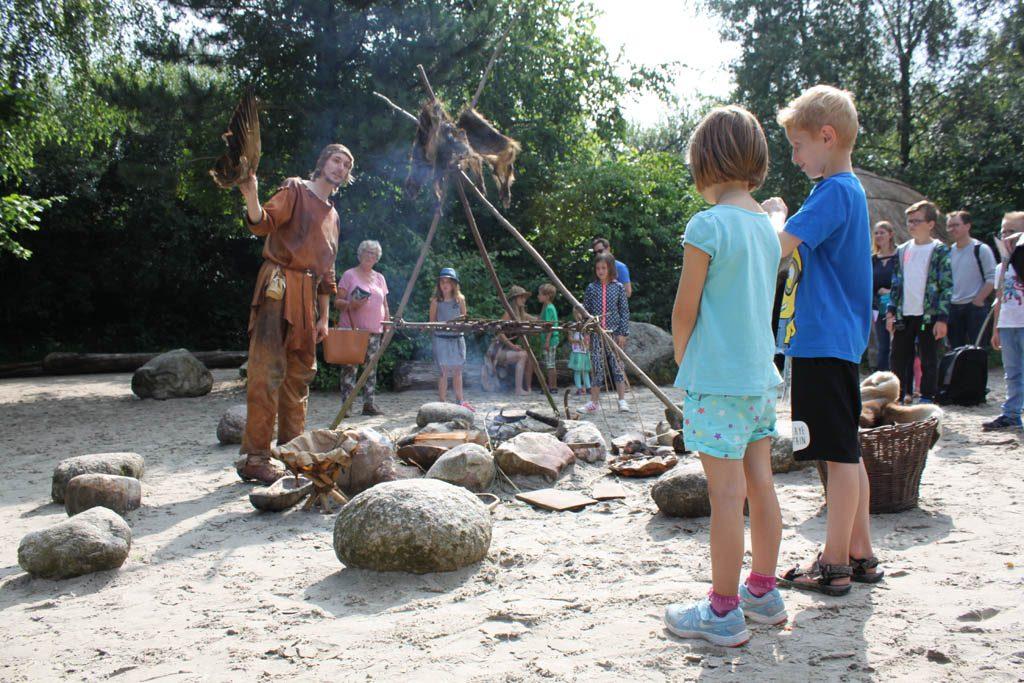 Verhalen over de prehistorie bij het vuur.