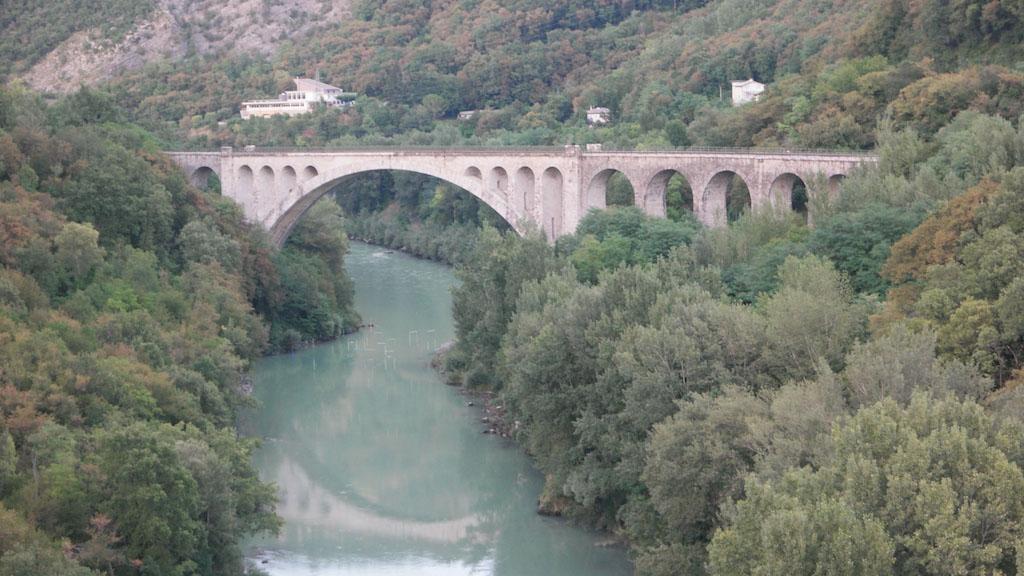 Zicht op de brug vanaf de brug voor het gewone verkeer.