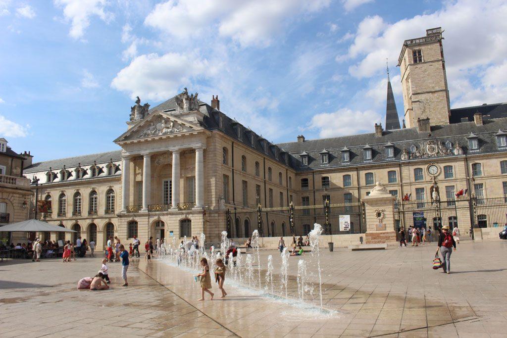 Dijon heeft een prachtig stadsplein. De fonteinen zijn een hit bij mijn kinderen.