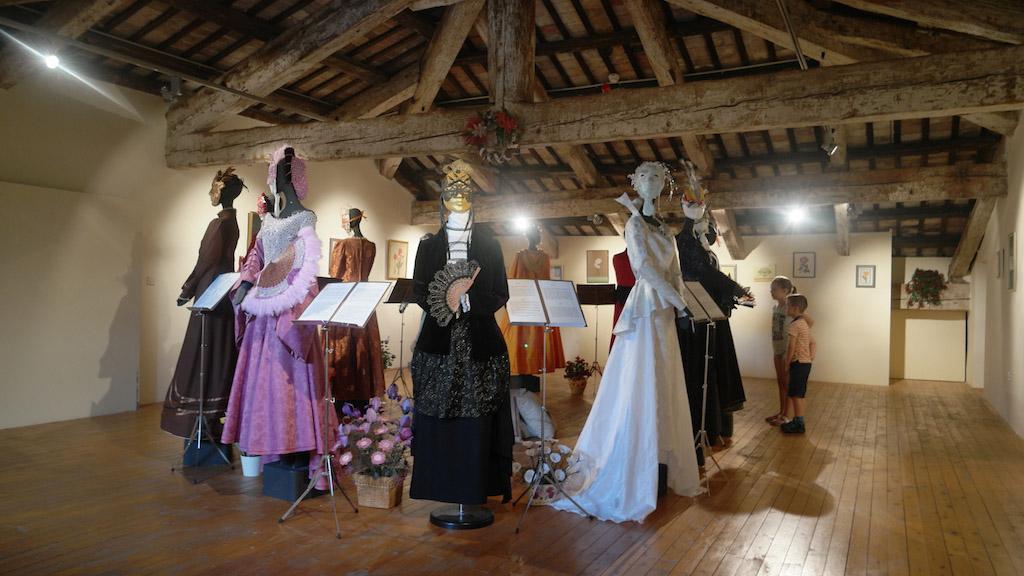 Kostuums op de zolder van het kasteel.
