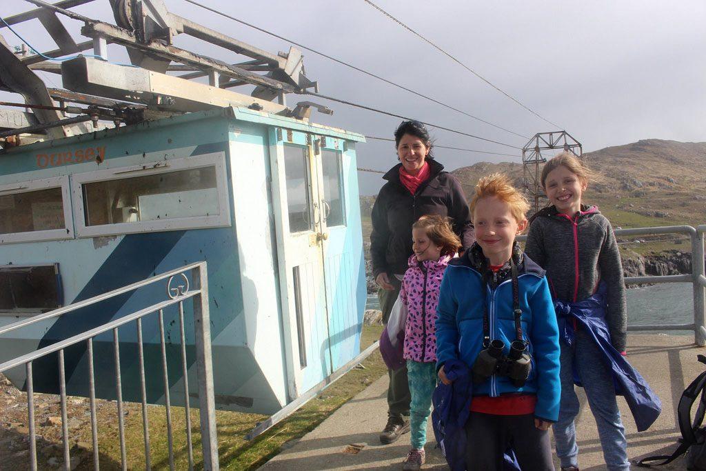 Natuurlijk durven wij in de kabelbaan naar Dursey Island met kinderen te stappen...