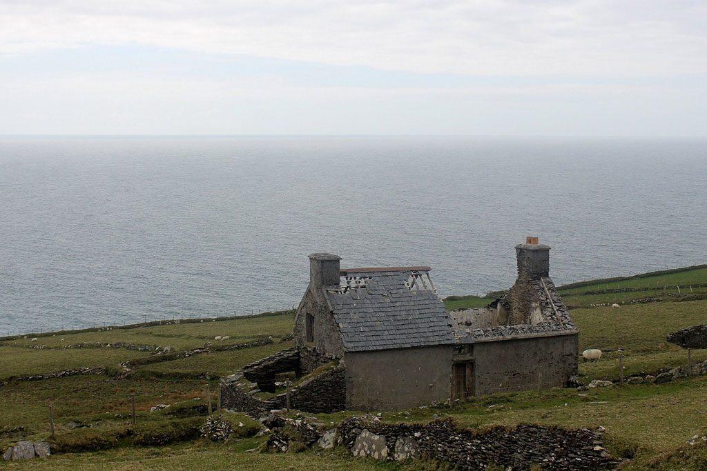 De moeite om onbewoonde huizen af te breken nemen de Ieren niet.