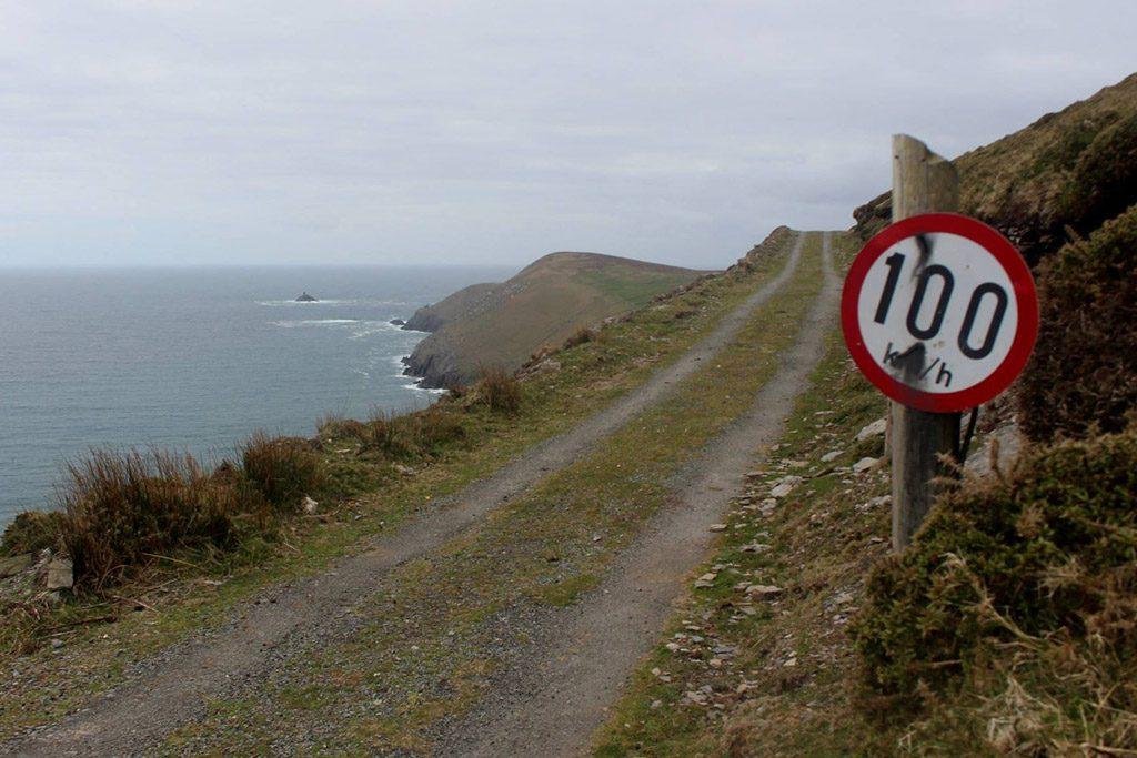 Ik zou toch ietsje minder hard over deze weg rijden...