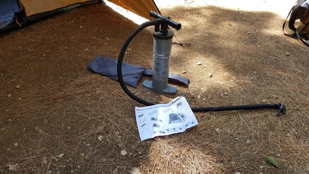 De pomp en gebruiksaanwijzing zitten ingerold in de tent.