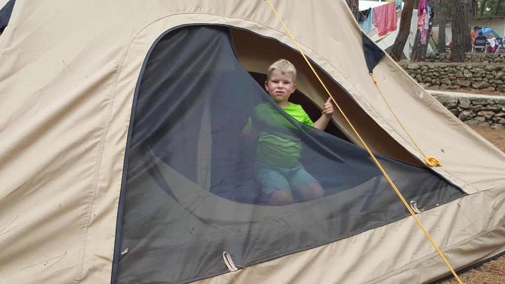 """""""Kijk mam, een echte achterdeur in de tent"""""""