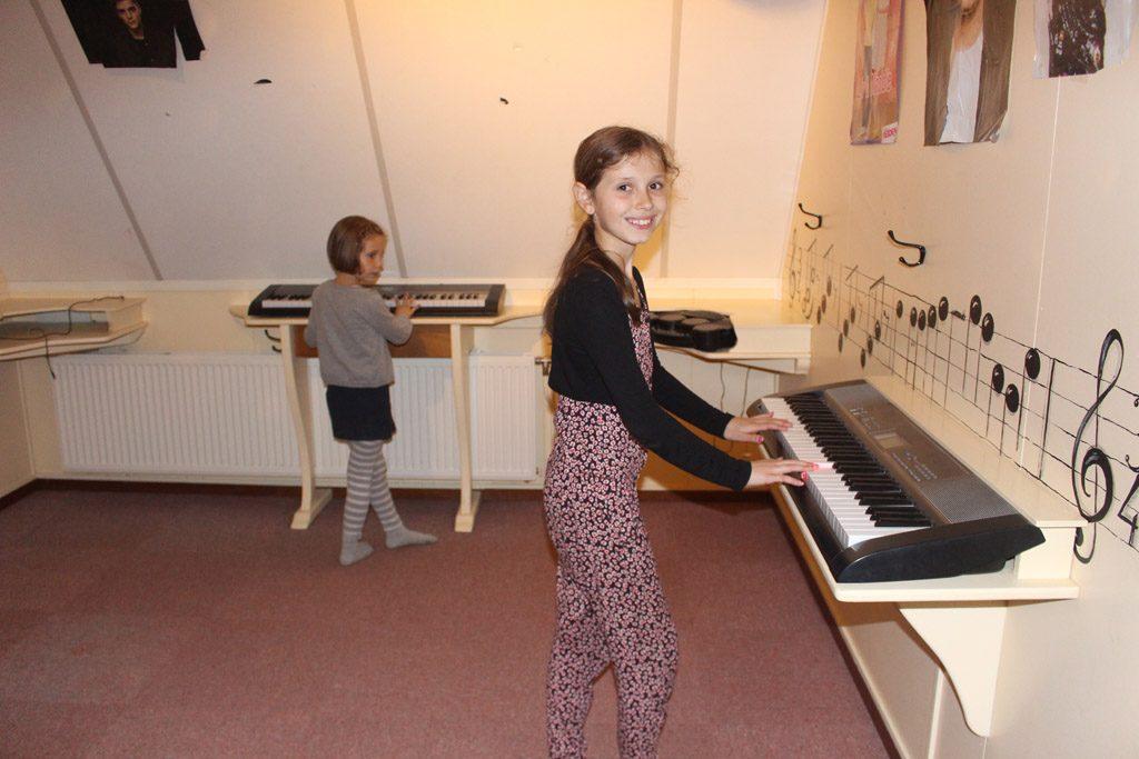 Muziek maken op de speelzolder van Familierestaurant De Wildebras.