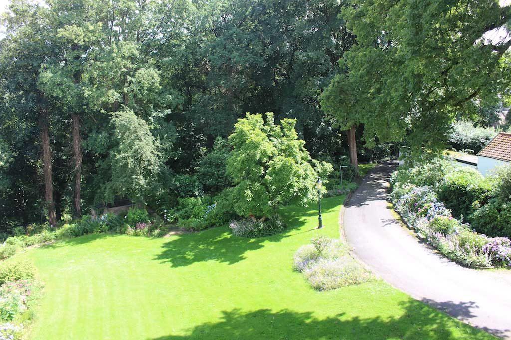 De mooie tuin van Fletcher Parkhotel Val Monte in Berg en Dal.