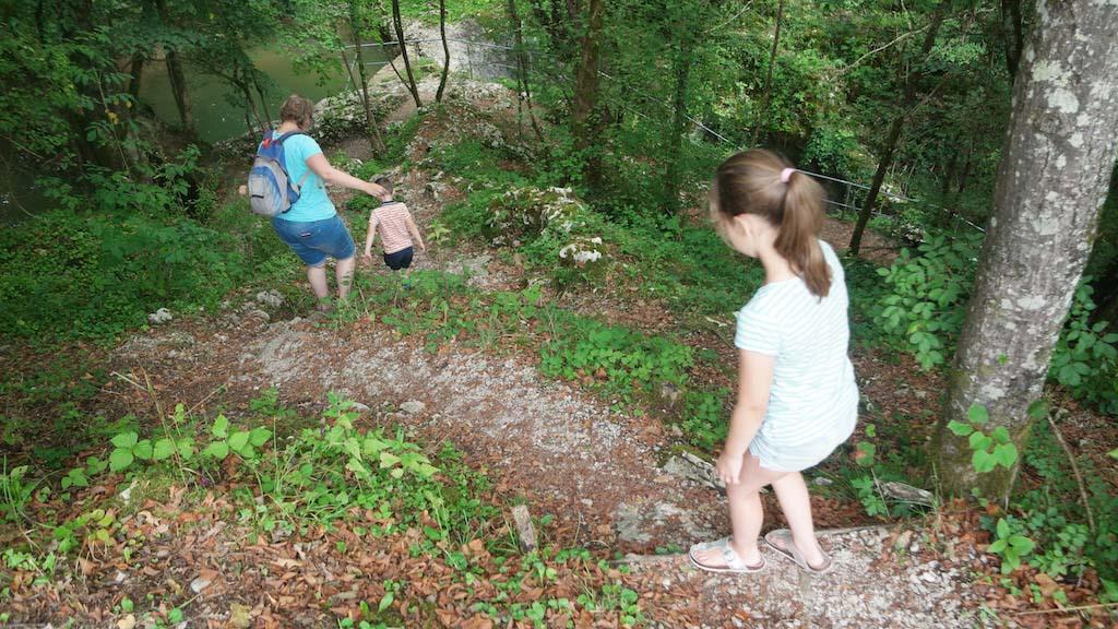 Afdalen naar de plek waarvan we vermoeden dat we de natuurlijke stenen brug gaan vinden.