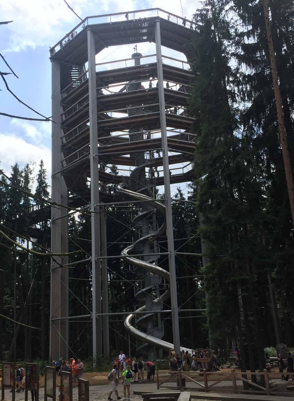 De toren en de glijbaan weer naar beneden.