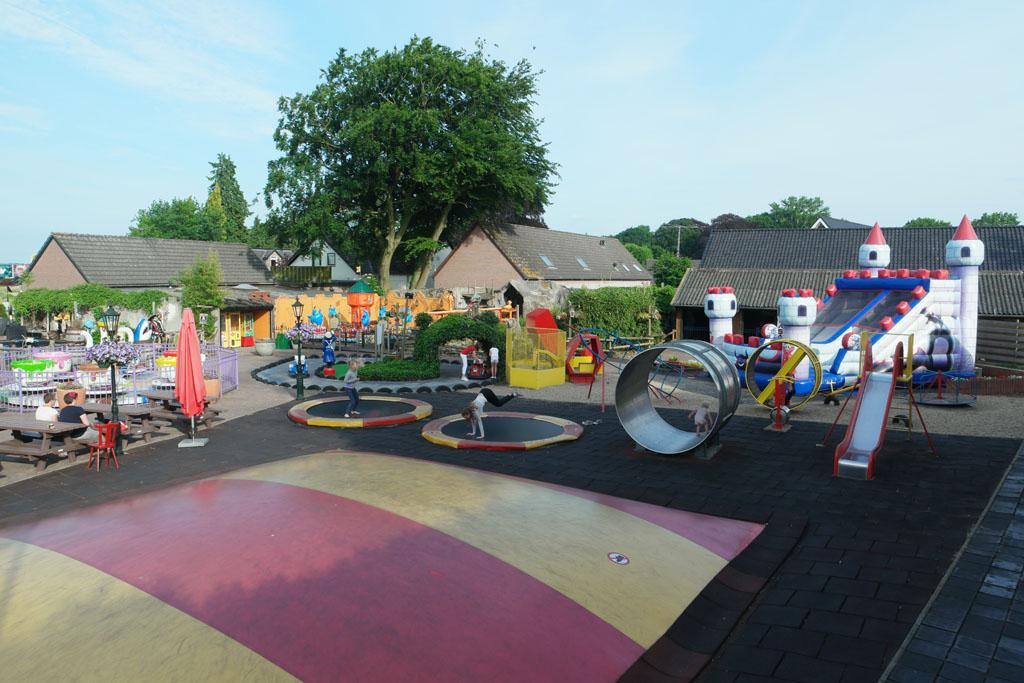 Naast de kermisachtige attracties zijn er ook 'gewone' speeltoestellen en springkussens.