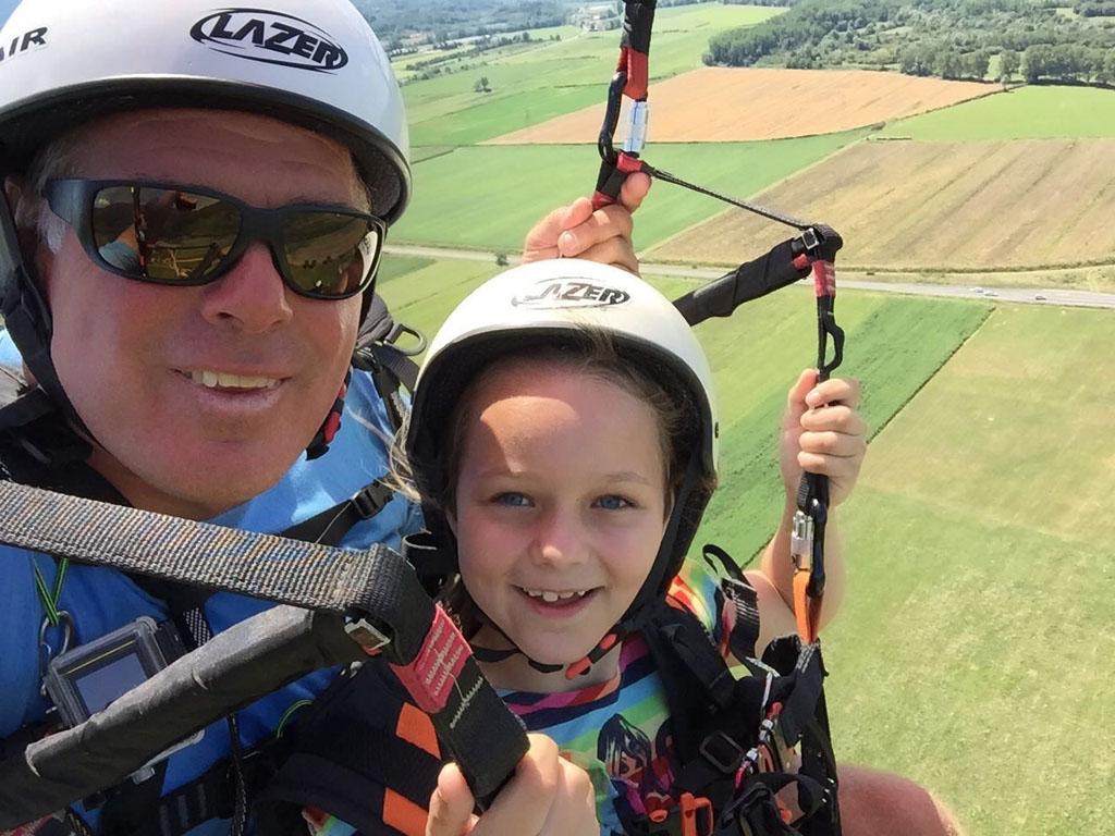 Maureen geniet volop. Paragliden met kinderen kan echt.