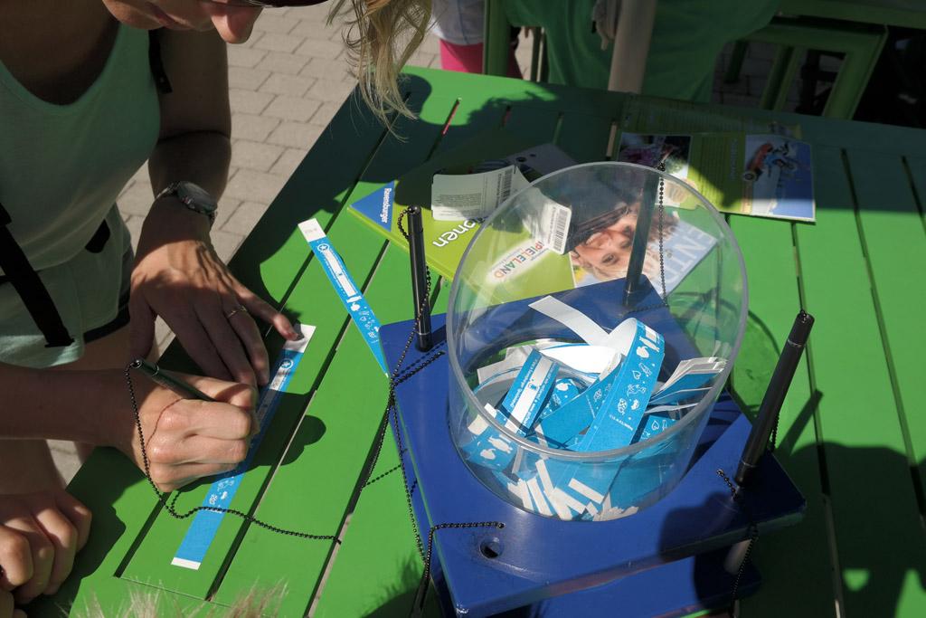 SOS polsbandjes schrijven in Ravensburger Spieleland