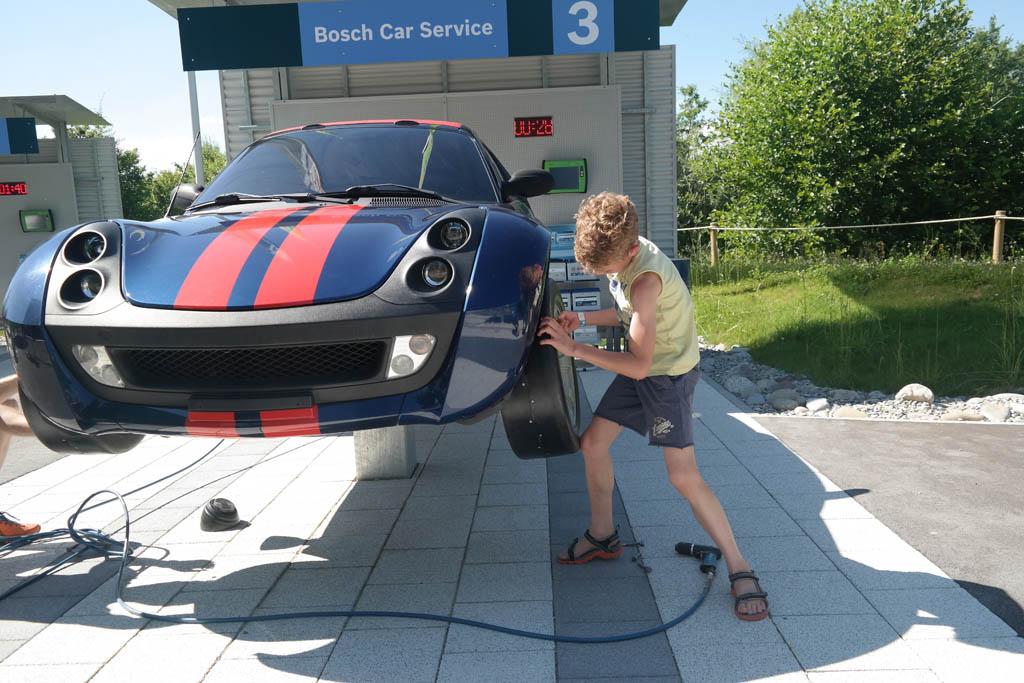 Stoer! Zelf een nieuwe band onder de Porsche leggen.