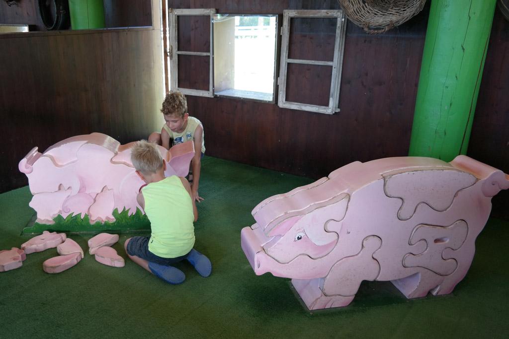 Puzzelen met dieren in de stal.