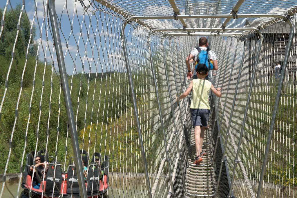 Een hangbrug over de wildwaterbaan heen.