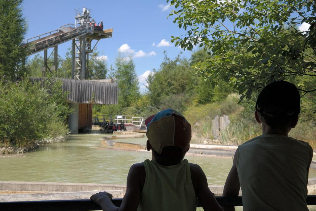 In de rij voor de wildwaterbaan kun je zien hoe de rafts naar boven worden getild.